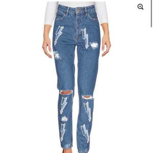 Säljs för att dem har blivit lite för små för mig. Slutsålda och väldigt unika jeans. Nypris 3000kr. Dem är knappt använda