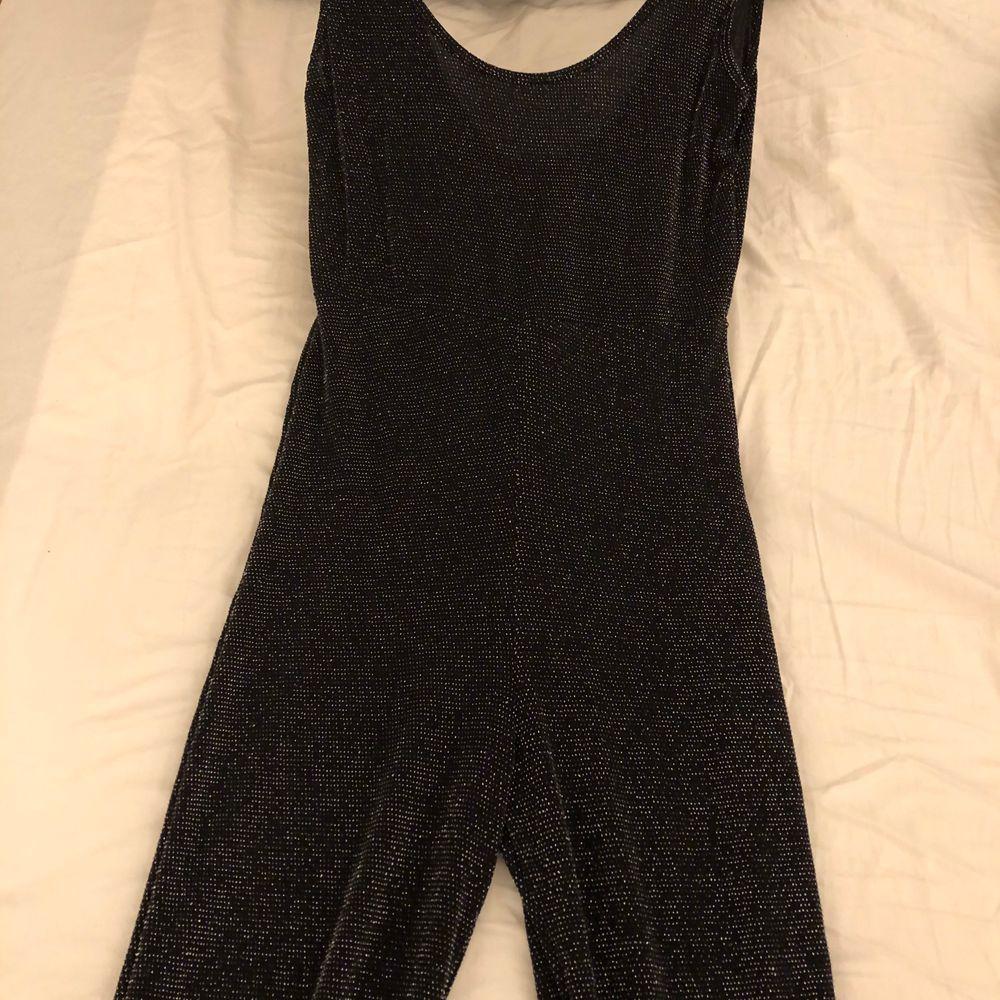 Glittrig svart jumpsuit från Boohoo. Oanvänd pga att jag är för kort.. Övrigt.