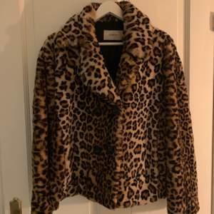 Säljer nu denna leopard jackan från STAND i storlek 36. Jackan är inte äkta päls för er som undrar och använd under fåtal gånger:) Kan både mötas upp i Göteborg eller skicka via post☺️
