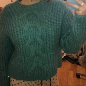 Fin tjock turkos stickad tröja från bikbok. (Tydligare bild på färgen på bild 2)❤️ Knappt använd, bara 4 gånger ungefär. Storlek xs men den passar mig som har s vanligtvis❤️