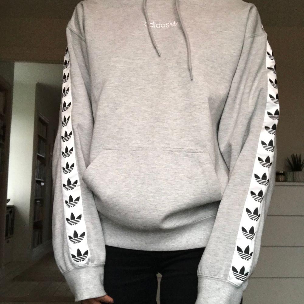 Jättesnygg och cool hoodie från adidas, kommer tyvärr inte till någon användning längre🤍✨ Använts väldigt sällan. . Huvtröjor & Träningströjor.