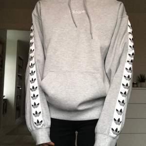 Jättesnygg och cool hoodie från adidas, kommer tyvärr inte till någon användning längre🤍✨ Använts väldigt sällan.
