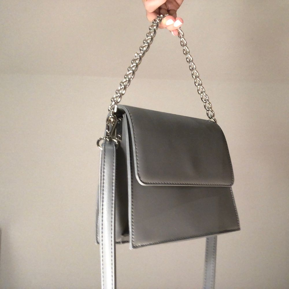 Säljer en helt ny väska som inte kommer till användning, alltså i nyskick! Buda!🖤. Väskor.