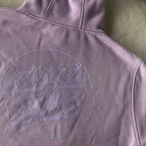 Pastell lila hoodie från Santa Cruz köpt på carlings för 700kr. Inga fläckar eller skador, men en aning urtvättad. Färgen framkommer absolut bäst på de 2 första bilderna💜