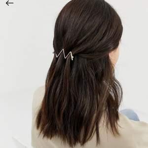 Guldfärgat hårspänne med sicksackmöster från ASOS Design. Aldrig använt. Frakt ingår i priset 💕