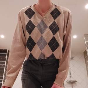 Trendig argyle tröja i beige! Superfin och bra skick, står storlek L men passar fint på de flesta storlekar beroende på hur man vill att den ska sitta