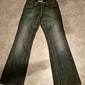 Snygga låga jeans från Leei stl.29/31 enligt bilderna och i fint skick. Mjuka och med stretch. Mörkblå.  #90-tal #2000-tal #Lee #grunge