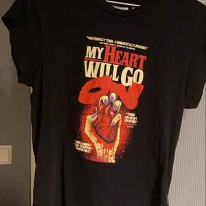 En supercool T-shirt från cheap monday! Lätt använd och lite over size