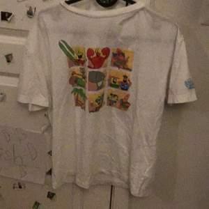 H&M t-shirt, söt, gullig, fin, rolig, färgglada, svampbob, köpt för 150kr! Köparen står för frakt.