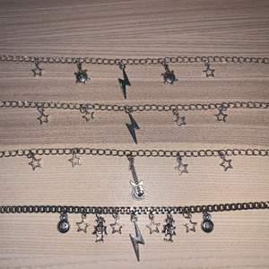 Egengjorda halsband, jätte fina och passar till allt!🙏🏻💕 Frakten ligger på 11kr. Skicka ett meddelande till mig om det önskas andra berlocker och annan kedja🙌🏼  (dem kedjor som finns just nu är dem på bilden)