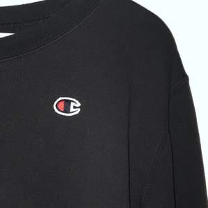 Säljer denna trendiga Champion sweatshirt i svart, storlek M men passar även XXS-S för en mer oversized look. Den har lite kortare armar. Kontakta vid intresse!💞frakt tillkommer