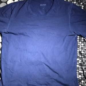 ✨En Fräsch och snygg blå Hugo Boss T-shirt!🙌🏼😍 Den är nästan helt oanvänd och är i fint skick!🤩     👕Den är skön, snygg och passar till det mesta!😇  📤köparen står för frakt!🚚