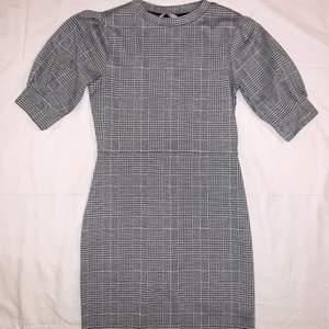 Superfin klänning från hm! Använd en gång så den är som ny. Går ungefär till knäna!