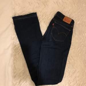 Ett par mörkblå Levis jeans i modell 715 Bootcut. Storlek 24. Stretchigt material och fransiga nedtill. Medel bootcut. Bra skick, inget slitage.