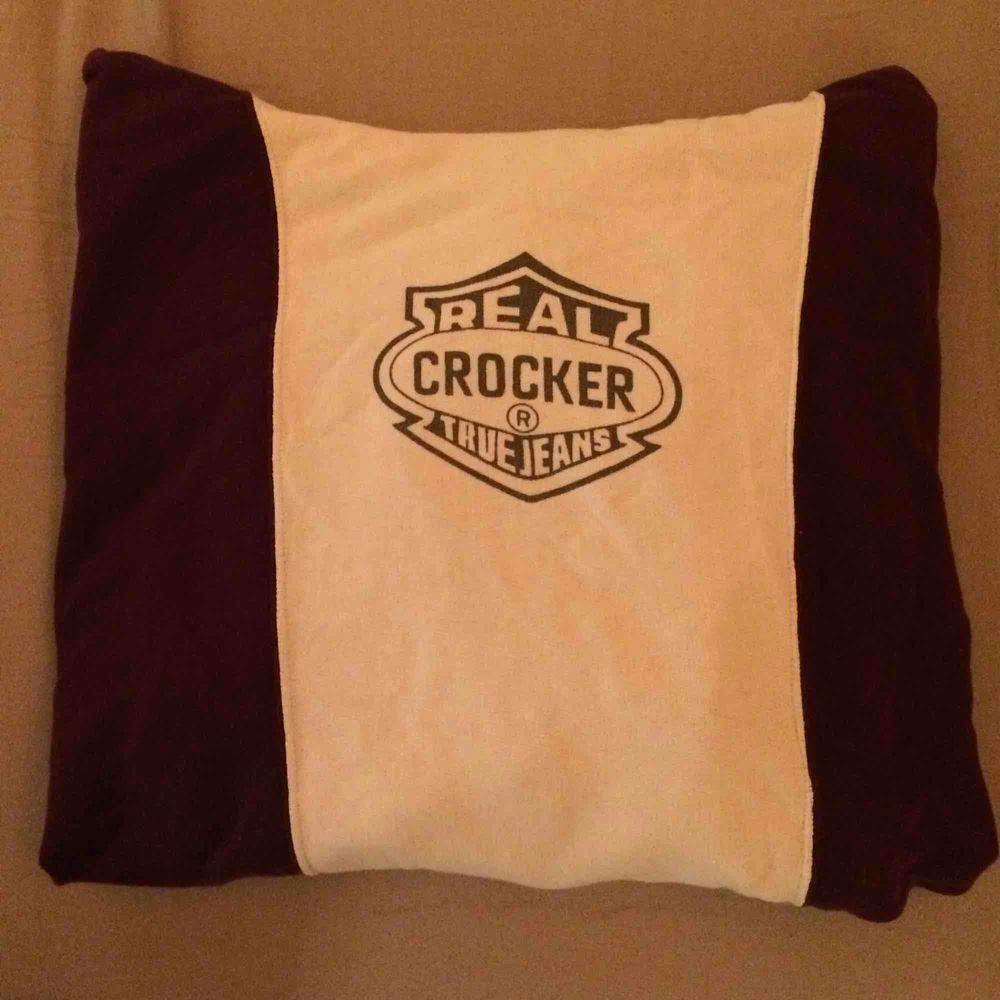 Hoodie från Crooker, köparen står för frakt:) står L men skulle säga att den är mer som en M. Huvtröjor & Träningströjor.