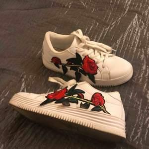 Vita sneakers med en ros storlek 37,5, sparsamt använda!!