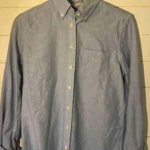 Ljusblå skjorta ifrån Gant Aldrig använd och i bra skick! Säljer pga används ej  Köparen står för frakten☺️