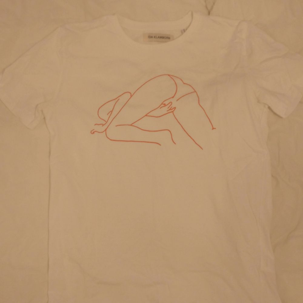 IDA KLAMBORN T-shirt Strl S, nypris 800 kr. Jättefin och typ nyskick. Köparen står för eventuell frakt!. T-shirts.