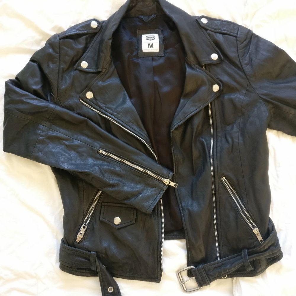 Bikerjacka i äkta läder av märket Crocker  Storlek M  Köparen står för frakt. Jackor.