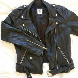 Bikerjacka i äkta läder av märket Crocker  Storlek M  Köparen står för frakt