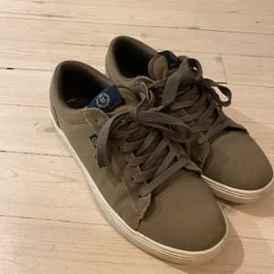 Mörkgröna låga skor från Henri Lloyd, syns att de är använda men fräscha. Storlek 42