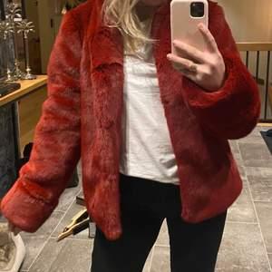 Såå snygg röd pälsjacka från Dry Lake i kort modell. Nypris 1.800, knappt använd därav i helt nyskick. Väldigt varm så passar nu på vintern! Möts upp i Stockholm eller fraktas.