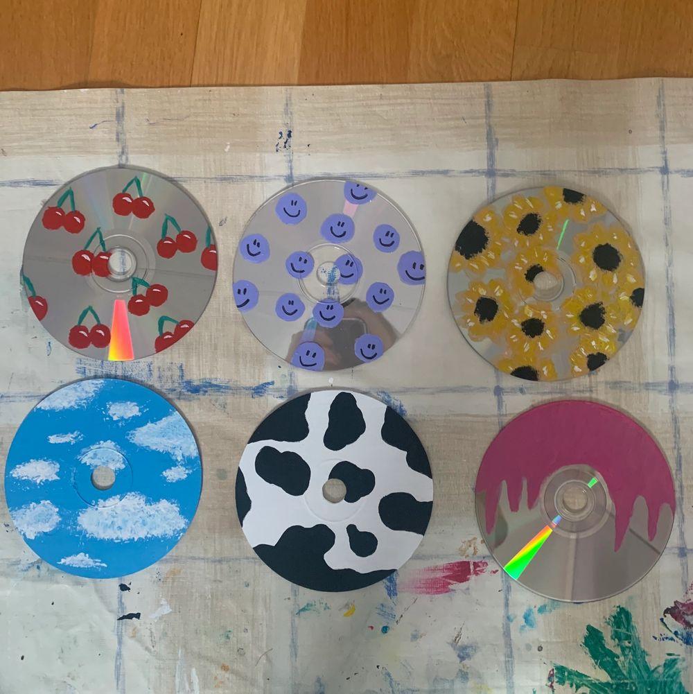 Intressekoll🥰 jag målar CD skivor och tänke se om någon är intresserad av att köpa. Du kan själv välja vad jag kan måla på CD skivorna (om det inte är för svårt såklart hahahah). Bilderna vissar exempel som jag har gjort🥰 40 kr/styck. Frakt på 11 kr❤️. Övrigt.