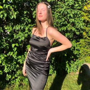 Säljer nu min satin balklänning som endast använts en gång, funkar till både bal och andra festligheter. Jättevacker rygg där man kan knyta på olika sätt. Kontakta vid intresse, frågor eller fler bilder🥰✨ frakt tillkommer