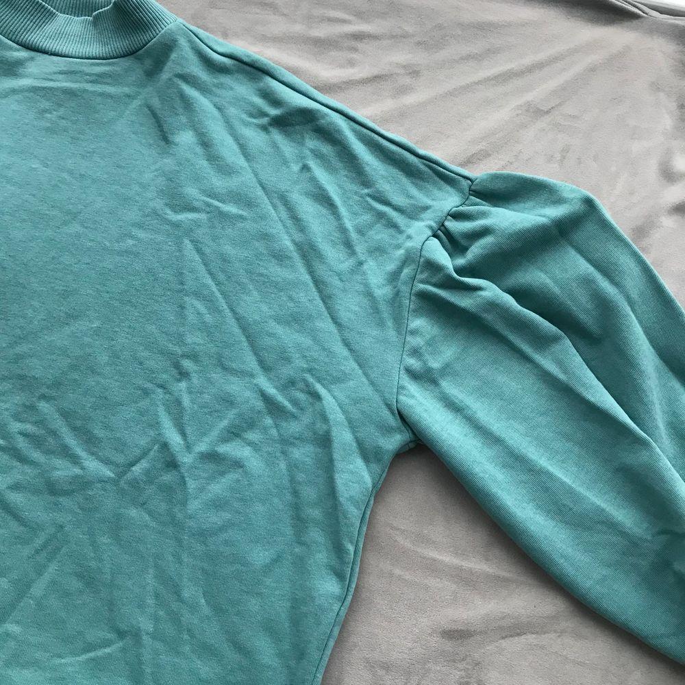 Sweatshirt med ballongärm. Använd men fint skick. . Tröjor & Koftor.