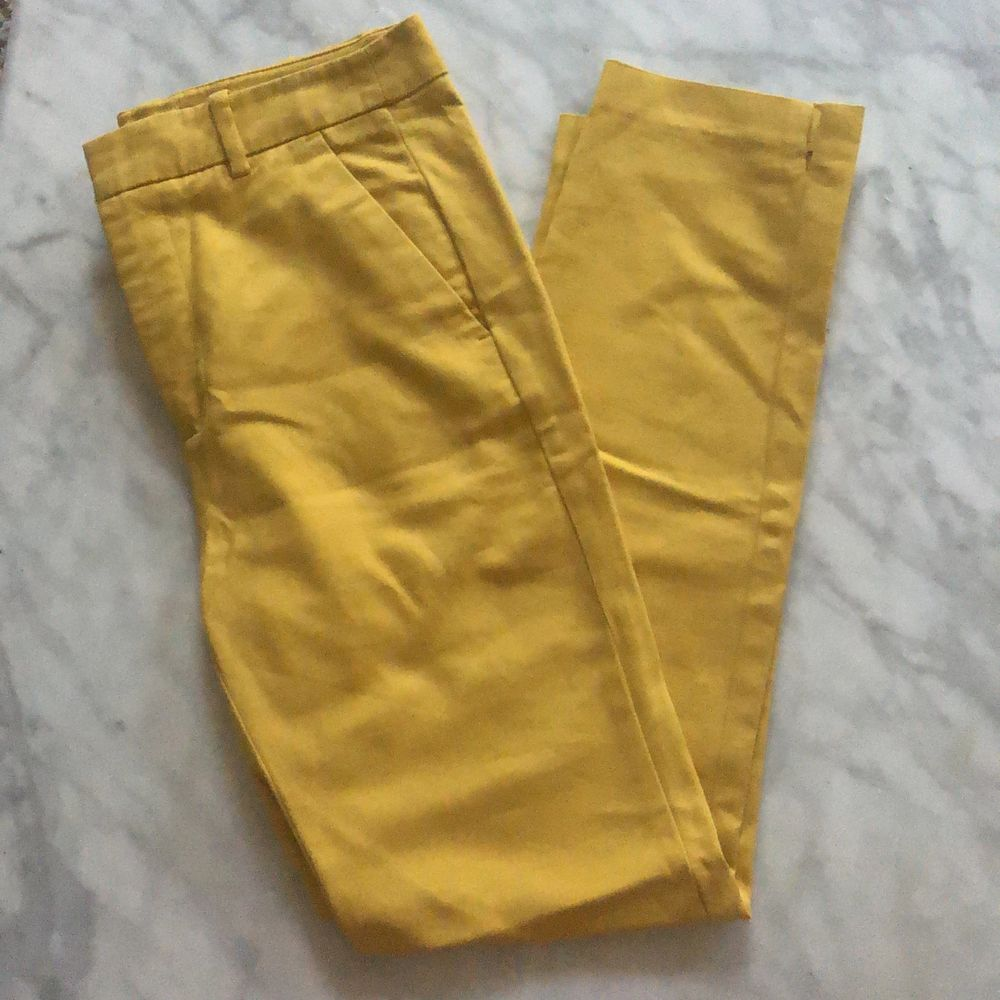 Säljer ett par riktigt fina kostymbyxor i nyskick från Zara💛💛 Det är 7/8 byxor och om man vill ha full längd så får man högst vara 165cm. Jeans & Byxor.