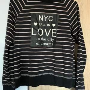 En sweatshirt från H&M i strl 158/164 (passar xs). Skriv vid frågor/fler bilder:)  Köpare står för fraktkostnad♥️