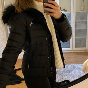 En super fin vinter jacka från vero moda i storlek S, yttligare frågor kontakta mig, frakt till kommer på 69kr💖