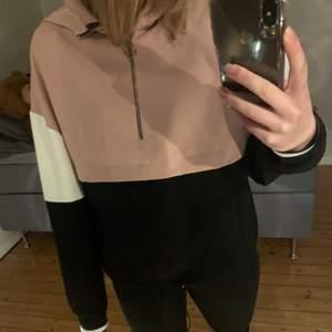 Säljer en tröja med luva, ficka på lagen och en liten dragkedja från Zara. St XS passar även S. Säljer för 100kr + frakt.