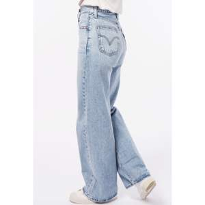 Säljer dessa snygga Levi's jeans som är i väldigt bra skick. Modellen är wide leg. Nypris ca 1100. Buda privat 🥰🥰
