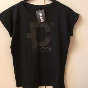 Helt ny T-shirt säljes pga felköp. Nypris 299:-  tycker att den är stor i storlek, känns mera som en s/m - köpare betalar frakt