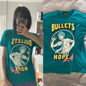 Säljer en officiell Super Dangan Ronpa 2 x LISTEN FLAVOR T-shirt! Köptes i LISTEN FLAVORs butik i Tokyo! Väldigt fint skick. SÄNKT PRIS 150kr