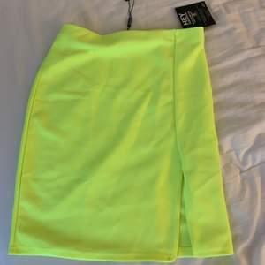 Säljer denna neon kjol med slits på sidan. Den är kort men går över rumpan!! Neon färgen tas inte upp i kameran men den är verkligen jätte neon gul i verkligheten. Prislapparna sitter kvar och endast testad