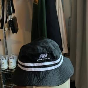 buckethat från new balance. alla kläder tvättas och/eller sprayas med washologi innan de skickas🍄