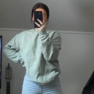 Superfin sweatshirt som inte längre kommer till användning💕 Köpt på HM för ca ett halv år sedan, det är herrmodell S✨ Passar mig som normalt har S/M🥰 FRAKT INGÅR I PRISET🌿