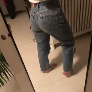 Sjukt snygga vintage Levis jeans 550 strl S. Väldigt fräscha jeans som bara använts ett fåtal gånger. Avklippta vid knäna samt längst ner på byxorna. Mått på byxorna finns om någon undrar!