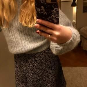 Jättegullig klänning som även funkar att ha som kjol! Säljer för att jag aldrig använt den. Frakt ingår inte. Nypris 350kr.
