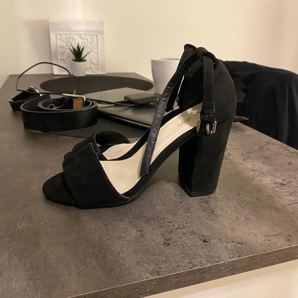 Nly shoes 10cm klack storlek 35 men stora i storlek så passar alltså dig som har storlek 36, i mycket gott skick. Nypris är 300kr!  💰Pris: 50kr 🚚Fraktkostnad: 66kr (spårbart). Skor.