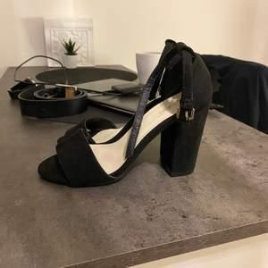 Nly shoes 10cm klack storlek 35 men stora i storlek så passar alltså dig som har storlek 36, i mycket gott skick. Nypris är 300kr!  💰Pris: 50kr 🚚Fraktkostnad: 66kr (spårbart)