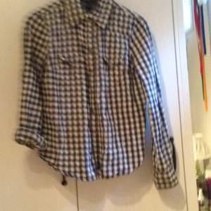 Rutig skjorta från Mango i Barcelona.  Sitter superfint men har dock växt ur den en aning. 40kr frakt. Tar swisch🌸