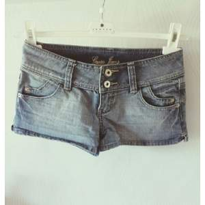 Äkta jeansshorts från GUESS. Köpta i USA. Nyskick!!