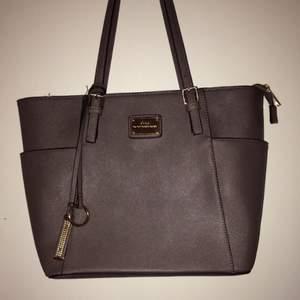 Jag säljer en väska ifrån Lundbergs, märket är NYPD som står för New York Portable Designs. Jag köpte den i vintras för 749kr. Där bak har min valp kommit åt den så den är inte i världens bästa skick tyvärr.