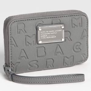 Marc by Marc Jacobs Dreamy Wingman iPhone Wallet. Köpt från Raglady och är sparsam använd.