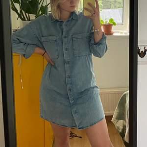 en jeansklänning i tunt tyg o därav perfekt nu till sommaren! aldrig använd men är för snygg för att bara hänga i garderoben. färgen är som på sista bilden. storlek är XS men är vanligtvis en S/M o sitter lagom oversize på mig. går att ha skärp till oxå✨💕