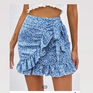 En helt ny kjol från shein, har aldrig på mig kjolar så köpte denna och tänkte testa men kjolar var inget för mig. Jätte fin kjol verkligen, Storlek S, man kan knyta åt den också så den formar sin kropp.