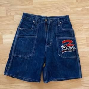 Tidigare 2pac jeans som jag sytt om till shorts, kan finnas lösa sömmar då jag inte är helt van vid symaskin.